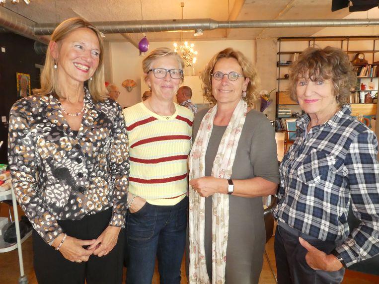 Liesbeth Bonis, Regien Keurentjes en Nicole Kerssemakers van ZGAO, met Hedy d'Ancona, veel jonger van geest dan haar kalenderleeftijd. Beeld Hans van der Beek