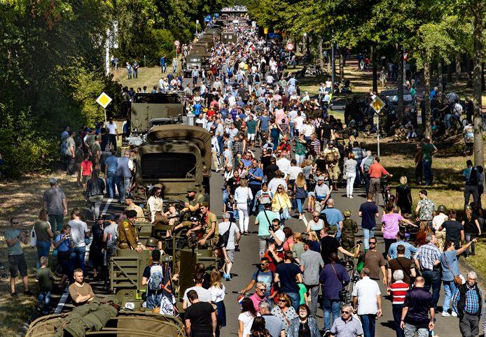 Massale belangstelling voor oude legervoertuigen tijdens de herdenking van Market Garden. Hier op de President Kennedylaan in Eindhoven.