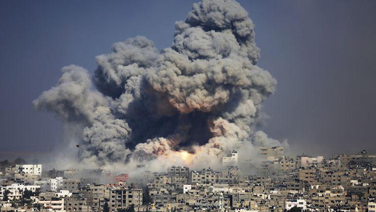 29 juli: er ontstaat een rookwolk boven Gaza-stad na de explosie van een Israëlische raket. Beeld ap