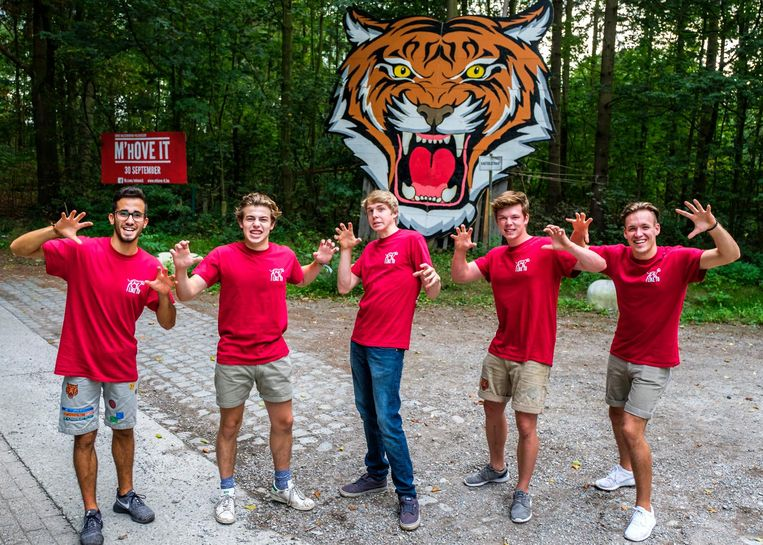 De jongens van de Chiro trachten even stoer te zijn als hun tijger.