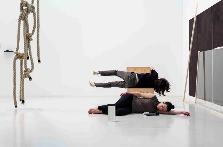 'A Reading that Loves, A Physical Act', 2017, performance op Documenta 14 in Kassel. Beeld Emile Ouroumov