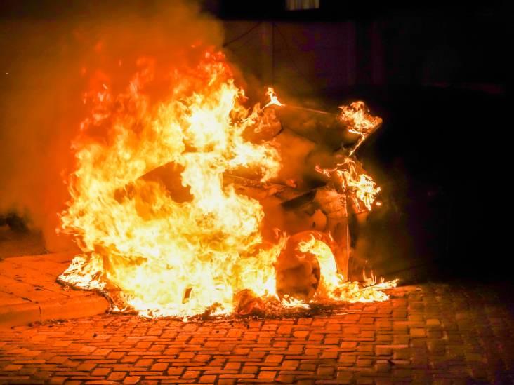 Auto volledig verwoest door brand in Geldrop, vermoedelijk brandstichting