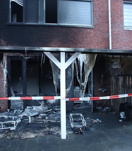 Brandweer ramt voordeur Tielse woning in om vuur te bestrijden; politie onderzoekt brandstichting