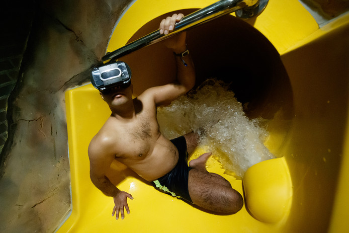 In het Bredase zwembad Sonsbeeck kun je binnenkort met een virtual reality-bril de glijbaan in. Mourad test hem vast even uit.