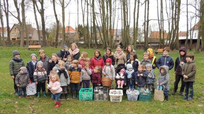 Kinderen leven zich uit op Paaseierenraap
