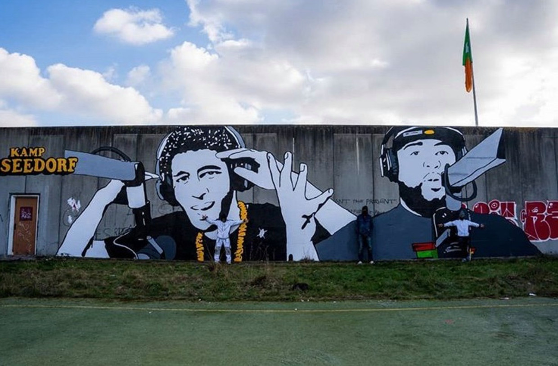 De twintig meter lange schildering van de Amsterdamse rappers Mani en Rotjoch.