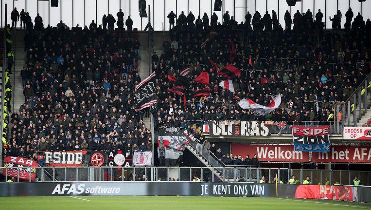 Het uitvak met Ajax-fans zondag in Alkmaar. De antisemitische spreekkoren kwamen uit de thuisvakken. Beeld Pro Shots