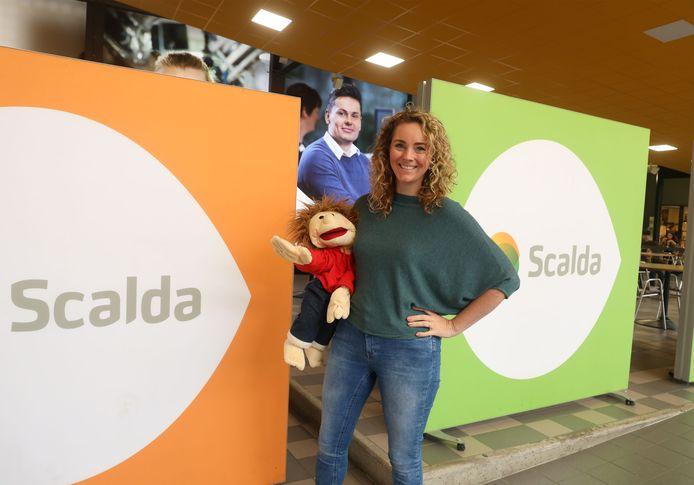 Nancy Becker werkt door de week bij Scalda als lerares Maatschappelijke Zorg, bij de lessen over dementie gebruikt zij pop Jip.