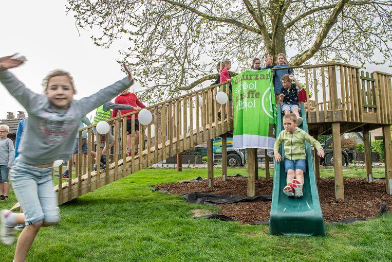 Kinderen spelen de nieuwe weide officieel in.