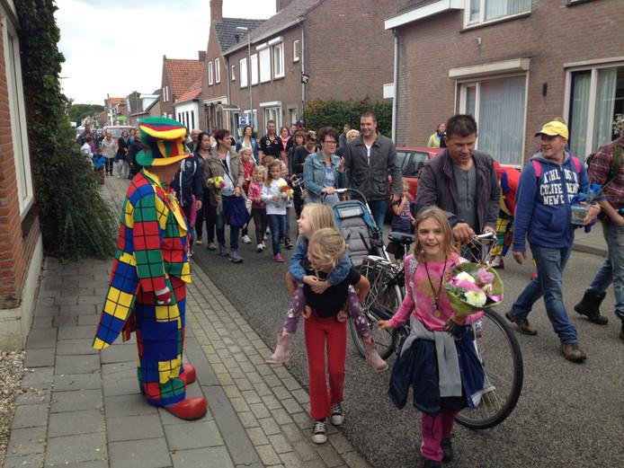 De bijna honderd wandelaars aan de jaarlijkse wandeldriedaagse van Stampersgat kregen het niet cadeau. Wind en regen teisterden de deelnemers tijdens de etappes.foto Wim van den Broek