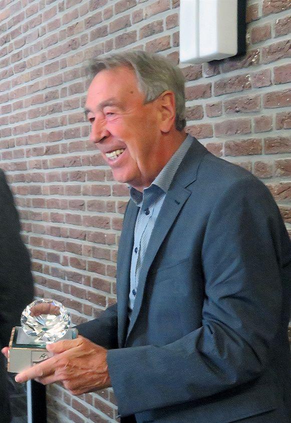 Herman Van Springel toont de briljanten trofee voor de winnaar van de koers