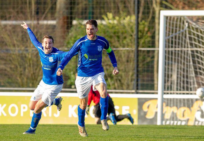 Sven Hoogenboezem en Koen Logen (l) juichen, en dat kan heel SV Epe doen na de late promotie naar de tweede klasse.