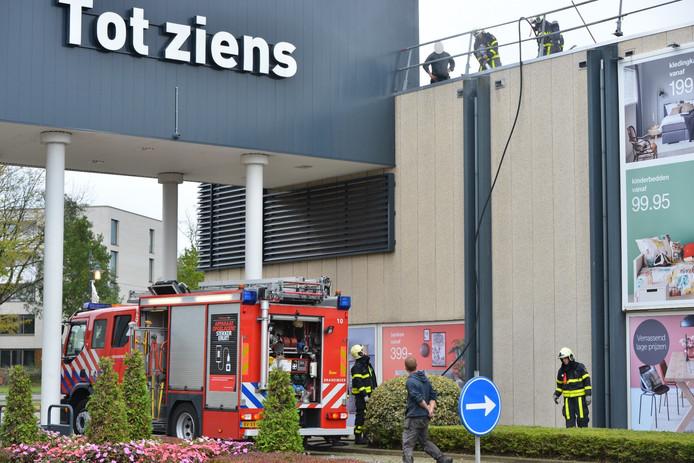Dakdekkers waren bezig op het dak in Breda, waardoor het is gaan smeulen.