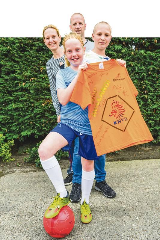 Moniek (10) Vugts uit Steenbergen is superfan van de Oranje Leeuwinnen, het weekend gaan ze naar Frankrijk  om een wedstrijd te zien.