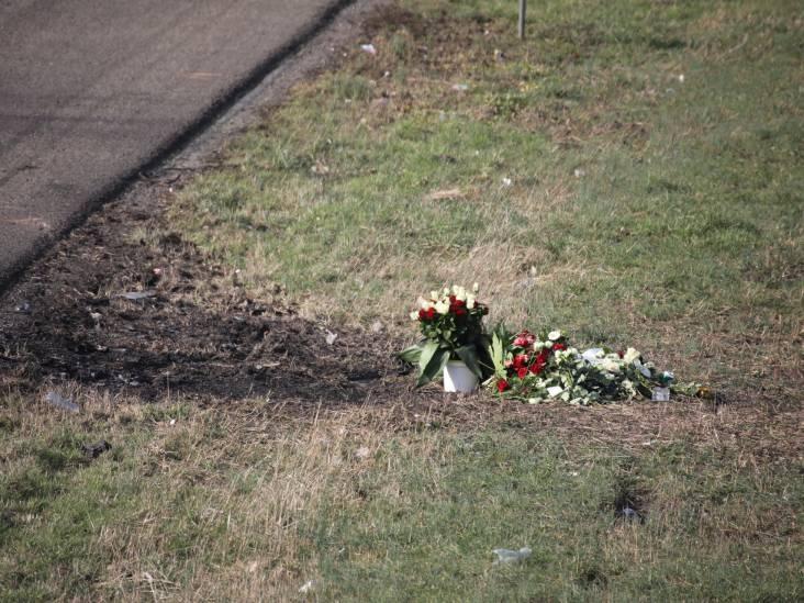 Nabestaanden leggen bloemen voor Rotterdammer die leven liet op A59 bij Sprang-Capelle