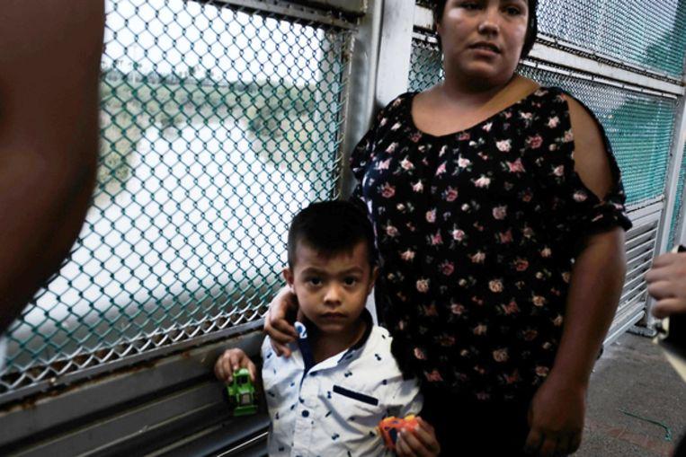 Een Mexicaanse vrouw en haar zoontje worden opgehouden bij de grenscontrole in Brownsville. Beeld Getty Images