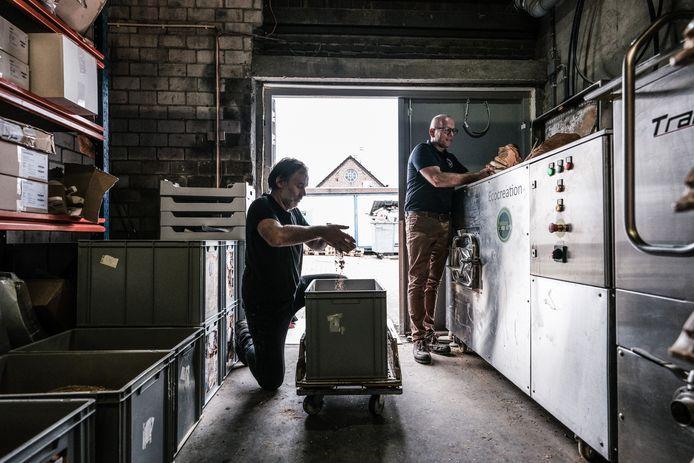 De bakkers aan het werk met hun broodmachine in Didam.