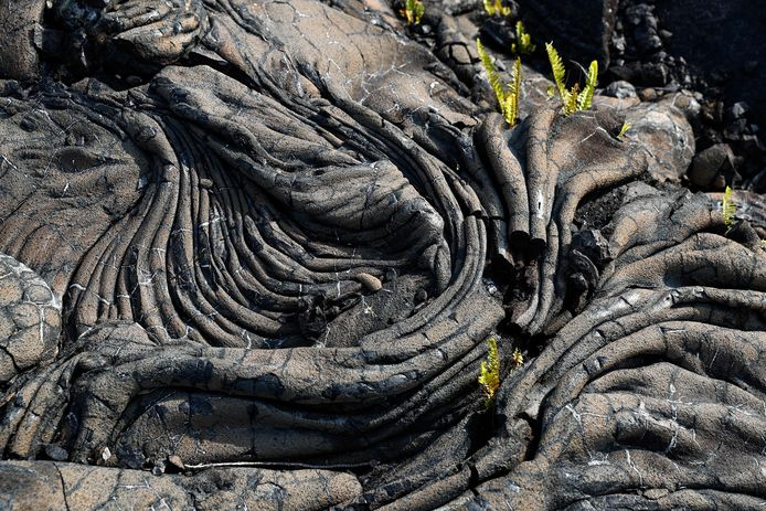 Zodra de lava afkoelt blijft een vaste korst over, maar eronder kunnen holtes zitten.