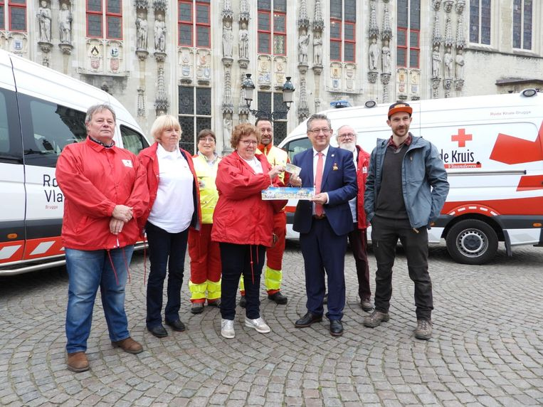 Burgemeester Dirk De fauw kocht als eerste een sticker van Rode Kruis Vlaanderen.