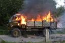 De legertruck gaat in vlammen op.