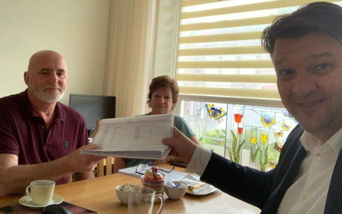 Barro Wijkmans (li) van het bewonerscomité Kalsdonk in Roosendaal overhandigt de handtekeningen aan burgemeester Han van Midden.
