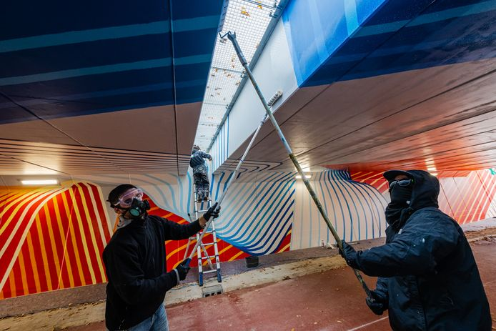 De laatste hand wordt gelegd aan het kunstwerk van Hansje van Halem in het tunneltje onder de Utrechtseweg door.