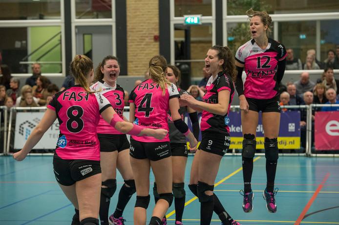 Joëlle Vilé (geheel rechts, springend) viert de handhaving met FAST in de eredivisie met haar teamgenotes vorig seizoen.