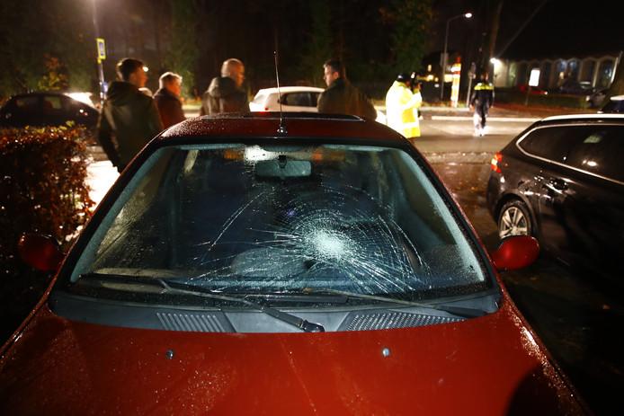 De ster in de ruit van de auto na de aanrijding in 't Harde.