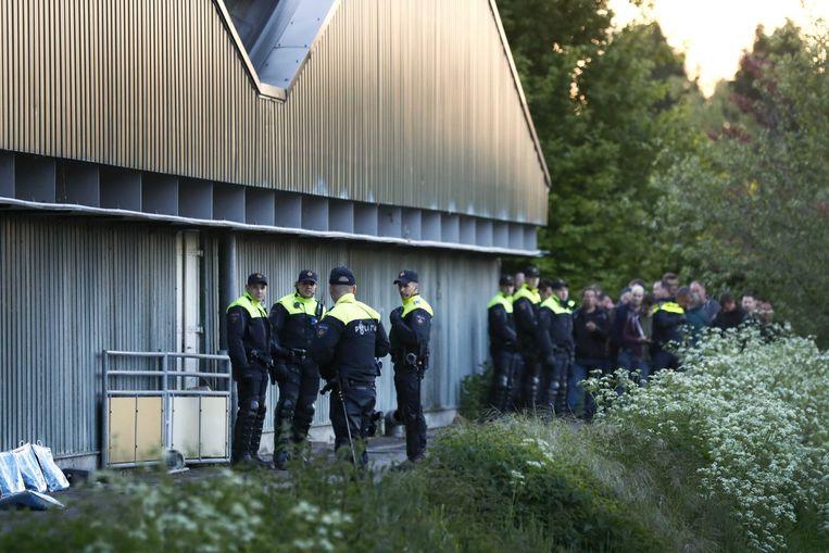 De politie maakt een einde aan de bezetting van de varkensboerderij in Boxtel. Dierenrechtenactivisten van 'Meat the Victims' hielden de varkensfokkerij vorig jaar bezet. Een deel van hen had zich binnen verschanst.  Beeld ANP