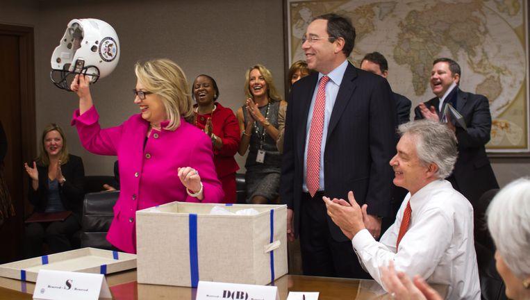 Hillary Clinton krijgt footballhelm. Beeld EPA