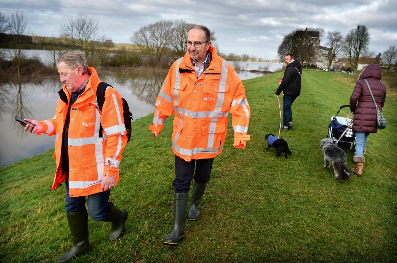 Dijkwachten van het Waterschap Limburg inspecteren de dijk langs de Maas te Arcen.  Beeld Marcel van den Bergh / de Volkskrant