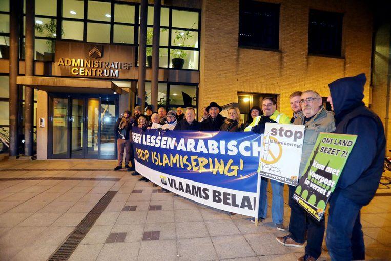 De leden van Vlaams Belang tonen hun slogans aan het Administratief Centrum.