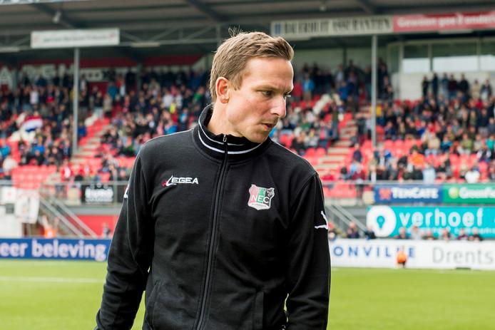 NEC-trainer Pepijn Lijnders baalt na de 4-0 nederlaag tegen FC Emmen op De Oude Meerdijk in de play-offs.