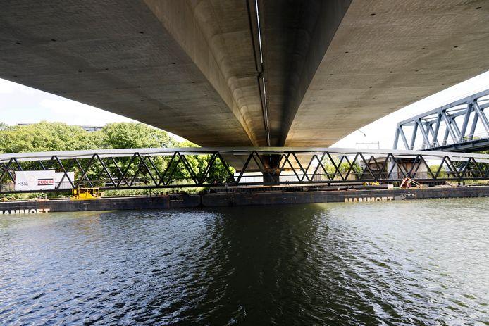 Nieuwe fietsbrug Katwijk-Mook past in Nijmegen maar net onder Graafsebrug door.