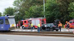 Zwaar ongeval tussen kusttram en personenwagen, brandweer moet inzittenden bevrijden