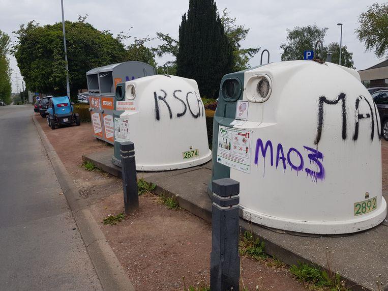 De twee glasbollen van afvalintercommunale Intradura en de kledingcontainer die er naast staat  op de Gaasbeeksesteenweg in Halle werden beklad met de tags 'RSCA' en 'MAO3'