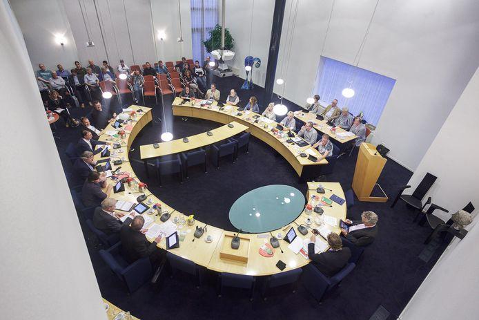 De raadzaal in het gemeentehuis in Groesbeek is in coronatijd te klein voor de gemeenteraad van Berg en Dal, maar groot genoeg voor die van Mook.