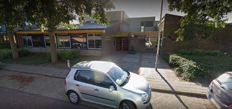 Jongeren breken in bij basisschool in Hedel, vernielen plafondplaten en stelen ballen