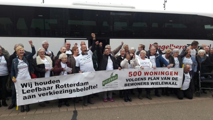 Voor aanvang van de rechtszaak protesteerden de Wielewaalers luidzingend.