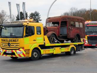 IN BEELD. Indrukwekkende colonne oude brandweervoertuigen verhuisd van Aalst naar Ravels