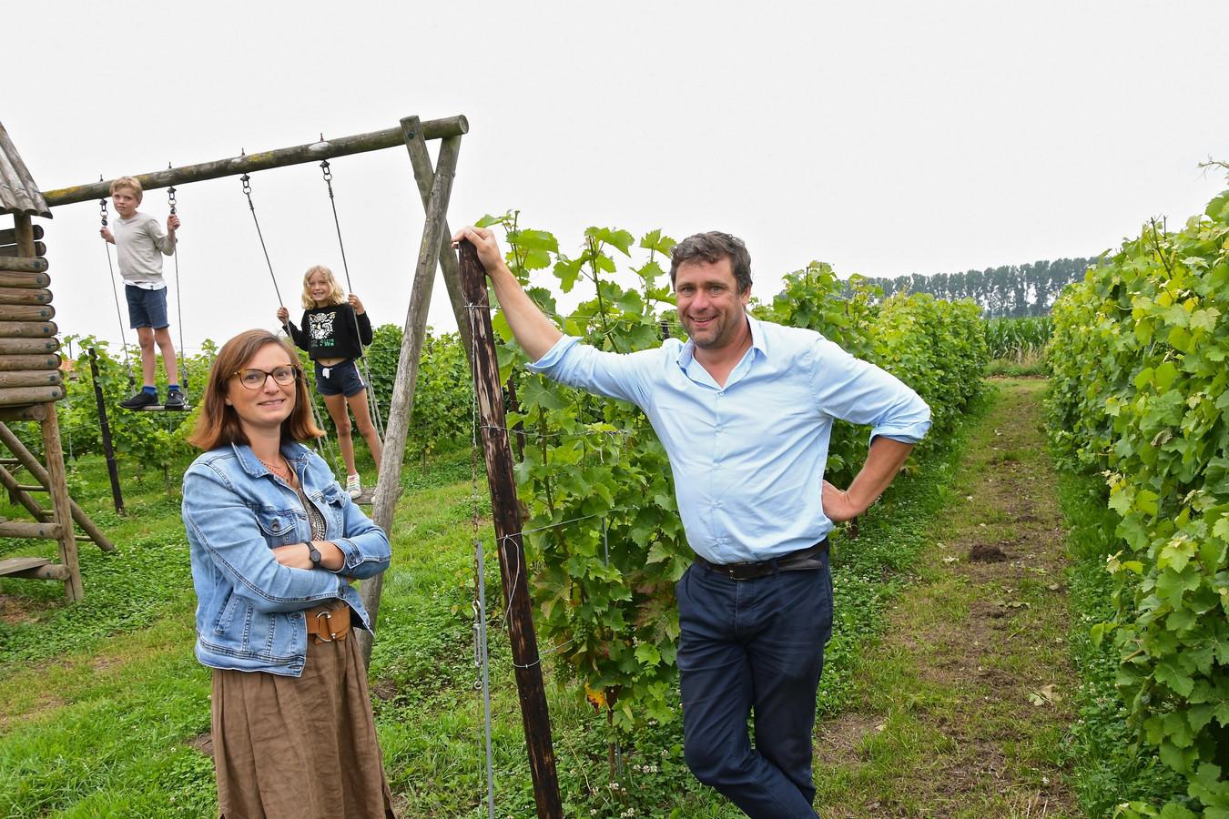 Daphné Van den Bussche, Emmanuel Audenaert en twee van hun vier kinderen bij de wijnranken.