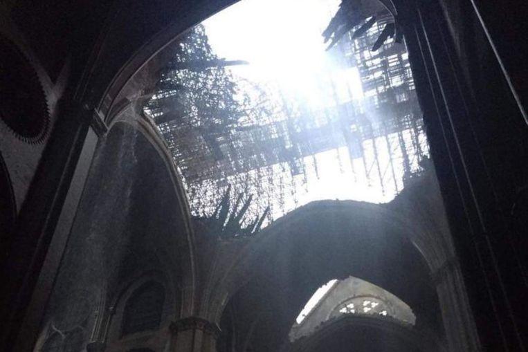 De instorting van de torenspits sloeg een enorm gat in het dak van de kathedraal.