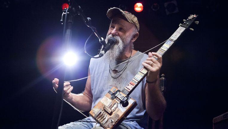 Seasick Steve met een zelfgemaakte gitaar. Beeld getty