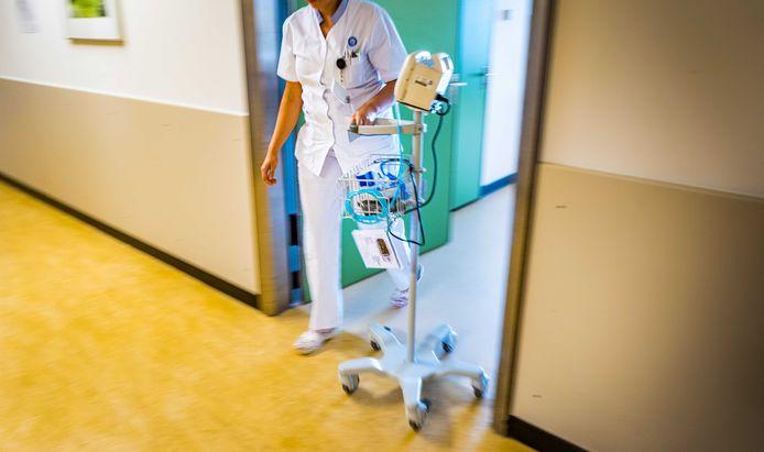 Een verpleger in het ziekenhuis.