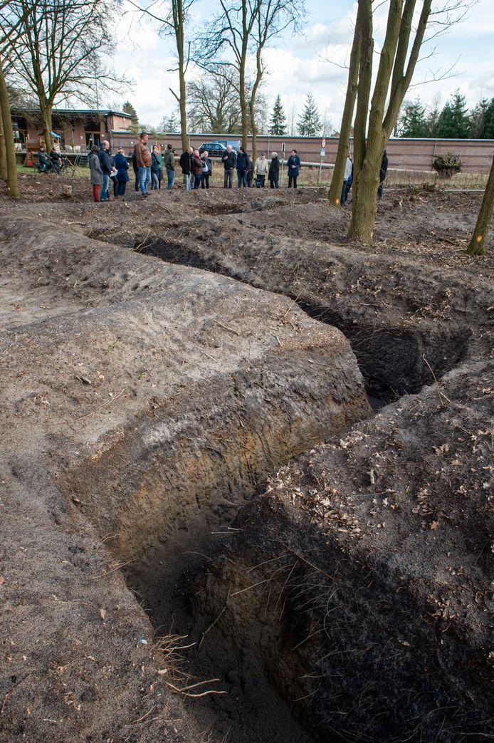De oude loopgraven zijn weer blootgelegd.
