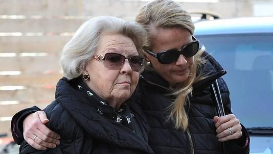 Koningin Beatrix en prinses Mabel bij het ziekenhuis in Innsbruck.