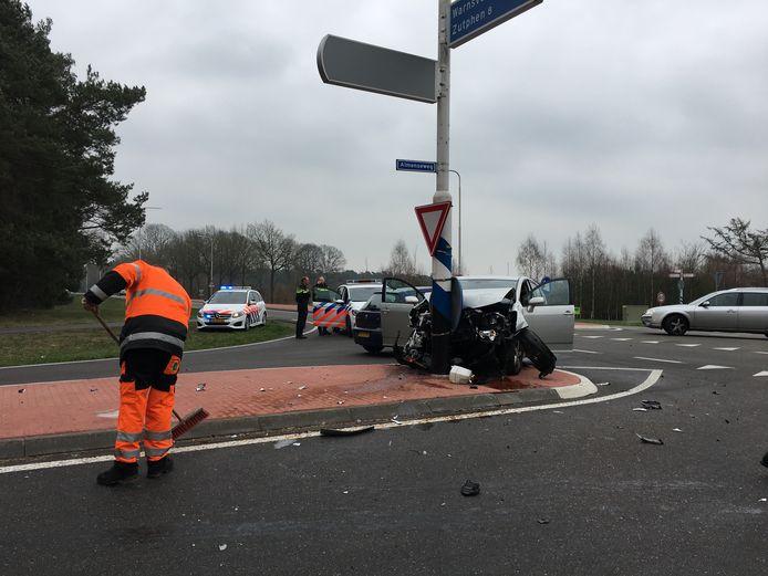 ONLINE GEPLAATST EN BETAALD. Almen - Op de kruising van de N346 - Lochemseweg met de Almenseweg heeft woensdag 20 maart een aanrijding tussen twee voertuigen plaatsgevonden. Het gaat om een kruising waar vaker aanrijding plaatsvinden. Bij het ongeval zijn twee personen gewond geraakt. Beide slachtoffers worden in de ambulance behandeld.