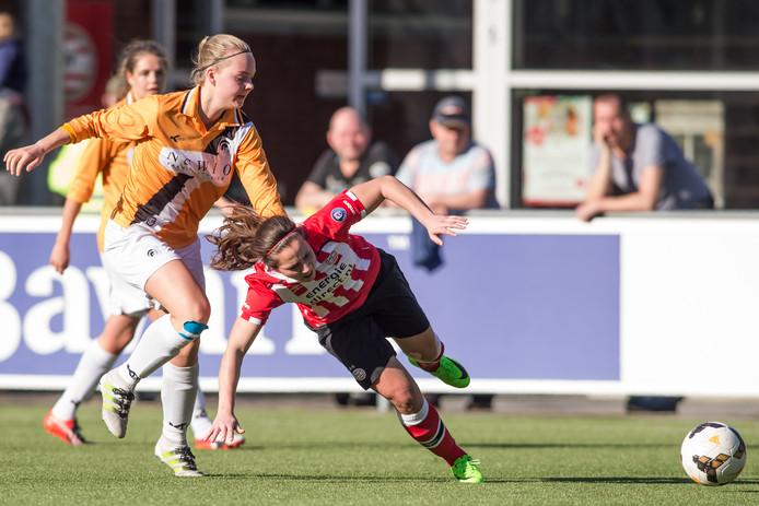 Amber Verspaget (l) in actie namens Achilles'29 tegen PSV.