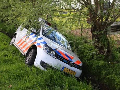Politiewagen in de sloot bij achtervolging in 'dollemansrit'