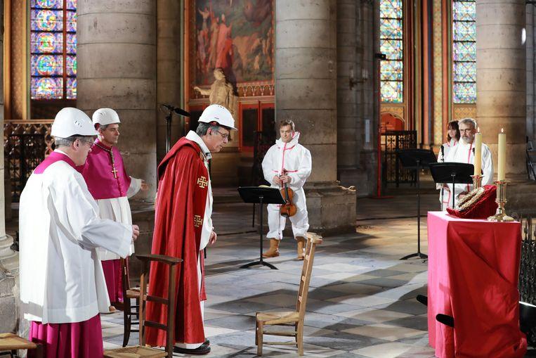 De wederopbouw van de Notre-Dame zal niet voor 2021 van start gaan. Volgens generaal Jean-Louis Georgelin, de oud-opperbevelhebber van het Franse leger die door Macron is aangesteld als 'boss de Notre-Dame', zitten ook de regels voor sociale afstand momenteel de bouw in de weg. Beeld EPA